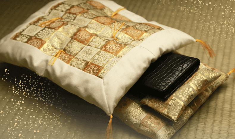 2e8eade72451 財布布団なら、明治創業140年以上の歴史を重ね受け継がれてきた熟練の職人が、最高級の素材を用いてハンドメイドで丁寧に心を込めて作られるから、 ...